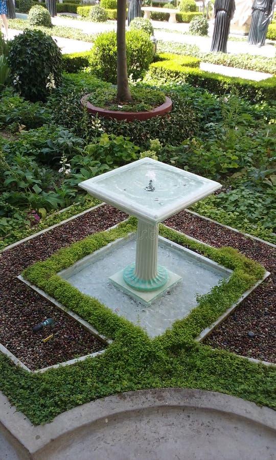 Baño del pájaro en jardín fotografía de archivo libre de regalías