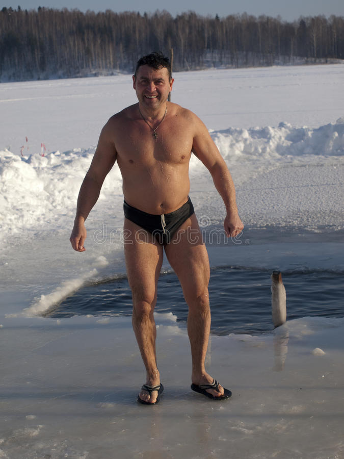 Baño en un hielo-agujero. imágenes de archivo libres de regalías
