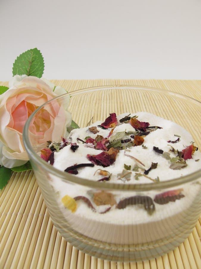 Baño hecho en casa de la leche con las flores foto de archivo libre de regalías