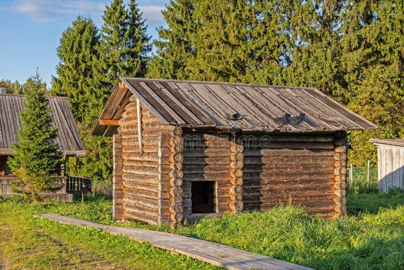 Baño inacabado de la cabaña de madera en verano imagen de archivo
