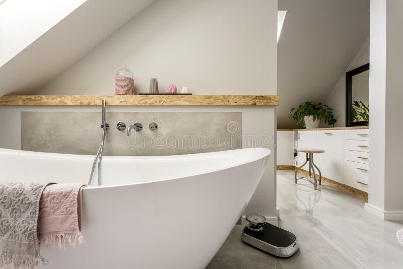 Baño libre en cuarto de baño gris foto de archivo libre de regalías