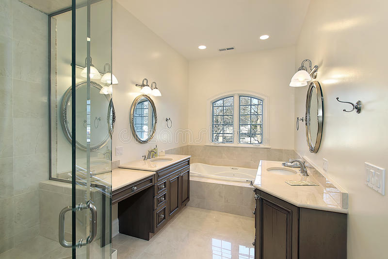 Baño principal con la ducha de cristal imagen de archivo libre de regalías