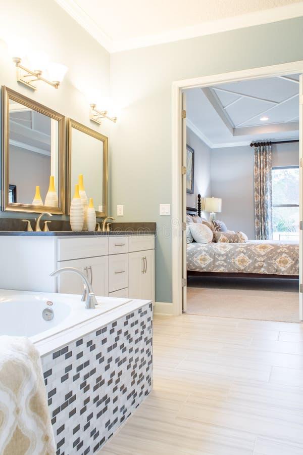Baño principal y dormitorio fotografía de archivo libre de regalías
