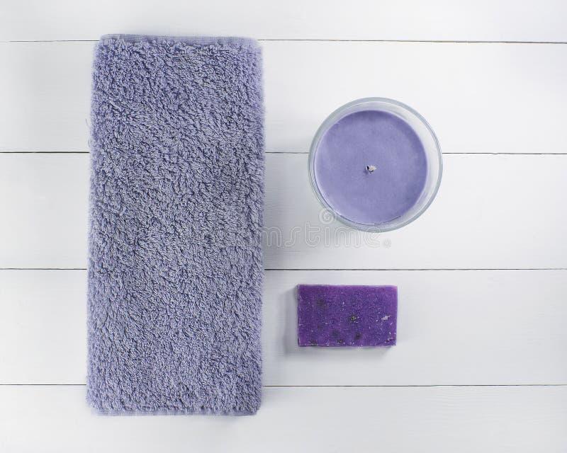 Baño puesto plano del balneario en el fondo de madera blanco, productos de la visión superior para la higiene Vela y lavanda hech imagenes de archivo