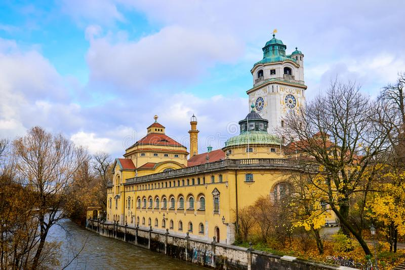 Baño y piscina públicos famosos en Munich imagenes de archivo