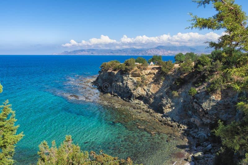 Baños de la opinión del mar del Aphrodite con el cielo azul y el mar, Chipre fotos de archivo libres de regalías