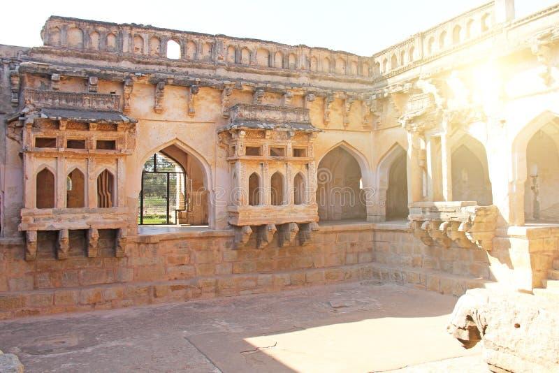 Baños de la reina en Hampi, estado de Karnataka, la India Talla del anci de piedra fotos de archivo