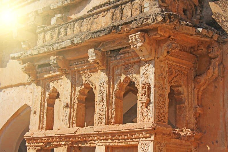 Baños de la reina en Hampi, estado de Karnataka, la India Talla del anci de piedra fotos de archivo libres de regalías