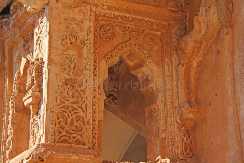 Baños de la reina en Hampi, estado de Karnataka, la India Talla del anci de piedra imágenes de archivo libres de regalías