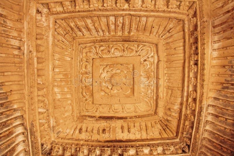 Baños de la reina en Hampi, estado de Karnataka, la India Talla del anci de piedra foto de archivo