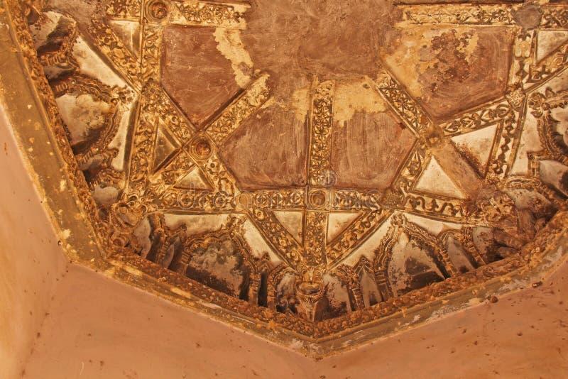 Baños de la reina en Hampi, estado de Karnataka, la India Talla del anci de piedra imagen de archivo libre de regalías