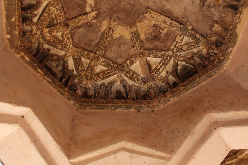 Baños de la reina en Hampi, estado de Karnataka, la India Talla del anci de piedra fotografía de archivo libre de regalías