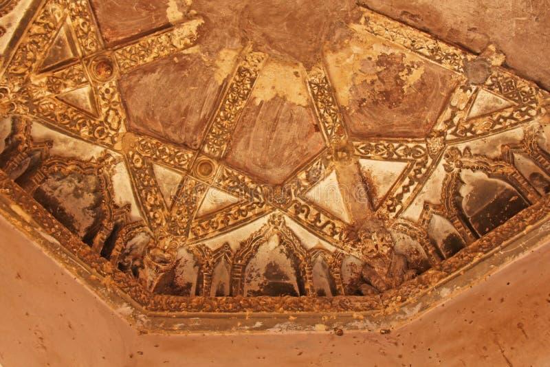Baños de la reina en Hampi, estado de Karnataka, la India Talla del anci de piedra imagen de archivo
