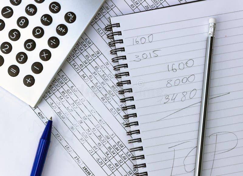 Bałagan na twój desktop Kalkulator, notatnik, dokumenty zdjęcie royalty free