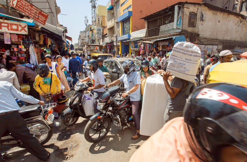 Bałagani na rozdrożu z tłumem ruchliwie ludzie, motocykle robi ruchu drogowego dżemowi fotografia royalty free