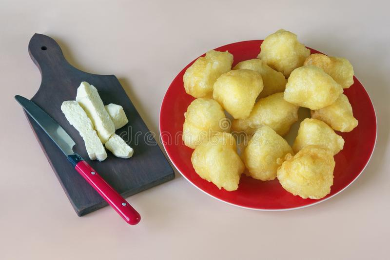 Bałkańska kuchnia Priganice z serem na różowym pastelowym tle zdjęcia stock