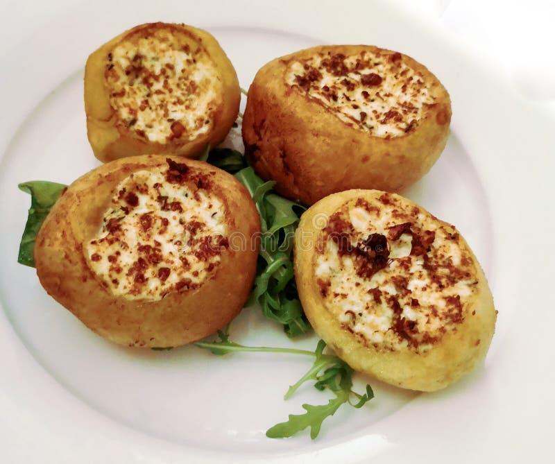Bałkański jedzenie: grule wypełniać i piec na grillu zdjęcia royalty free