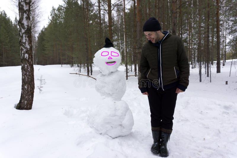 Bałwan rodzina robić biały śnieżny boże narodzenie mężczyzna z długą brodą Nowego roku facet na niebieskim niebie z śnieżną posta fotografia stock