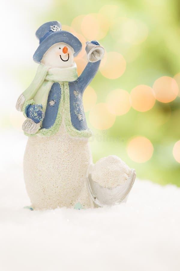Bałwan statua Na śniegu Nad Rozmytym Abstrakcjonistycznym tłem obraz stock