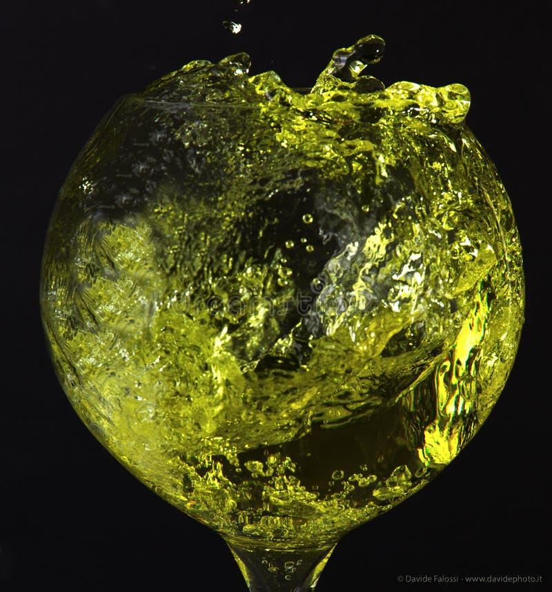 Bańczasty kształtujący szkło z żółtym ciekłym pluśnięciem zdjęcie royalty free