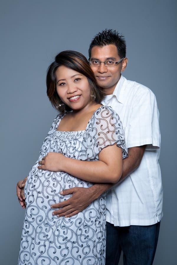 ba är paret som förväntar älska först stolt deras till royaltyfria foton