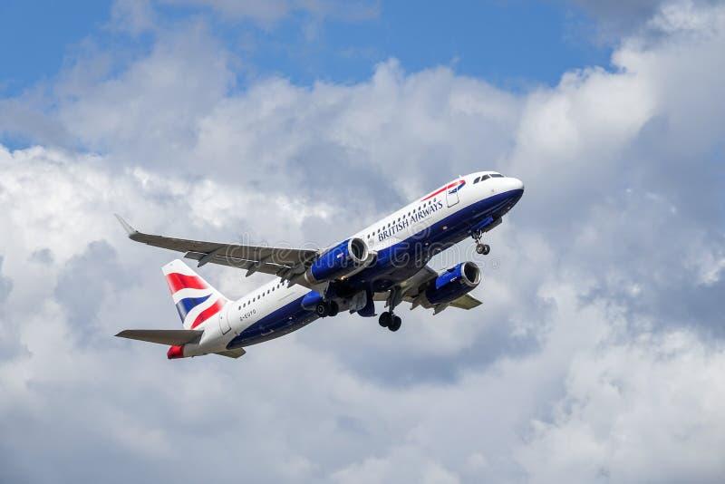 BA British Airways, Airbus A320 - 200 décollent photos stock