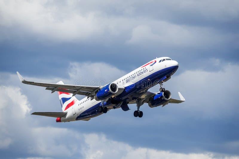 BA British Airways, Airbus A320 - 200 décollent image libre de droits