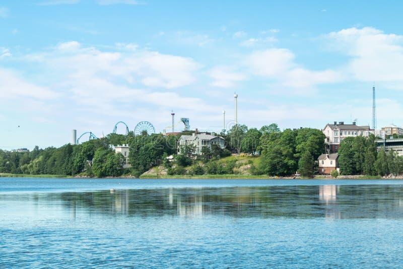 Ba?a de Toolo no parque da cidade, Hels?nquia, Finlandia Atrav?s da ?gua, os passeios no parque de divers?es de Linnamaki podem s foto de stock