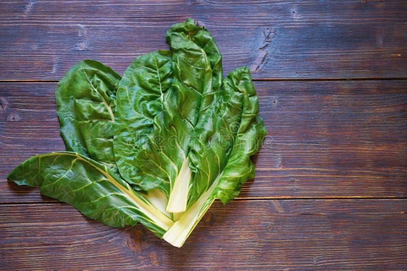 Ba?ka?ska kuchnia Blitva - popularni obfitolistni warzywa Ciemny nieociosany t?o, mieszkanie nieatutowy, bezp?atna przestrze? dla obraz stock