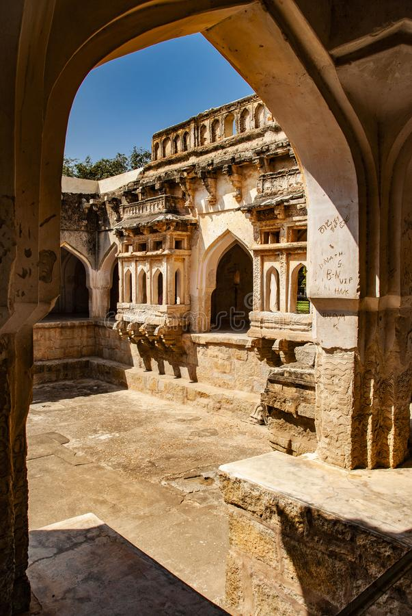 Ba?o del Queens, ruinas antiguas en Hampi, la India fotos de archivo libres de regalías