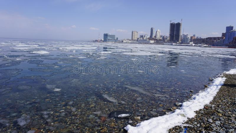 Baai in de lente vladivostok Primorsky Krai Rusland stock afbeelding