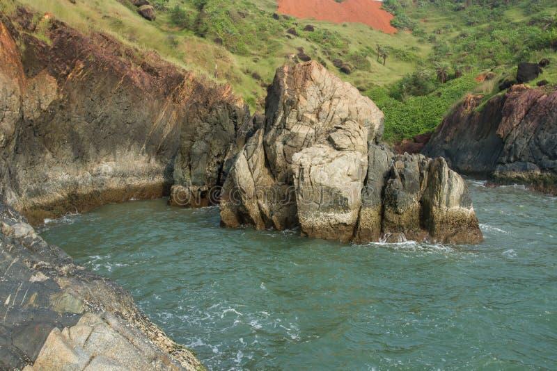 Baai met blauw water in de rotsen stock afbeelding