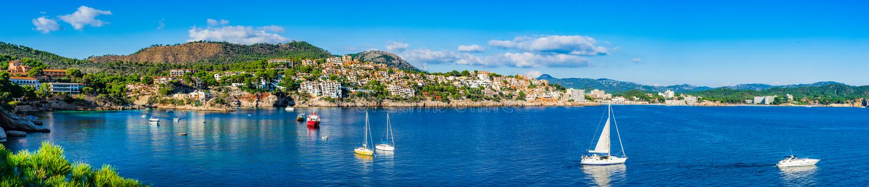Baai met boten bij kust van Majorca-eiland, de Middellandse Zee van Spanje royalty-vrije stock fotografie