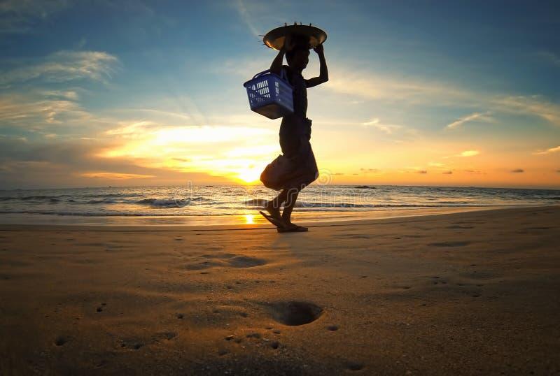 Baai van Bengalen bij zonsondergang met silhouet van Aziatische voedselverkoper royalty-vrije stock foto