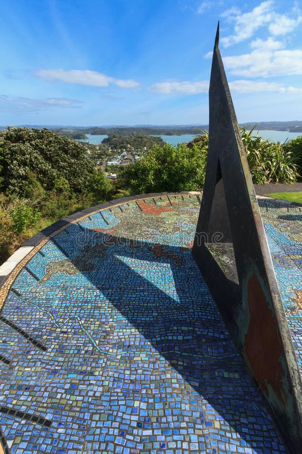 Baai van Eilanden, Nieuw Zeeland: Reuzezonnewijzer op de heuvel die Russell overzien royalty-vrije stock foto's
