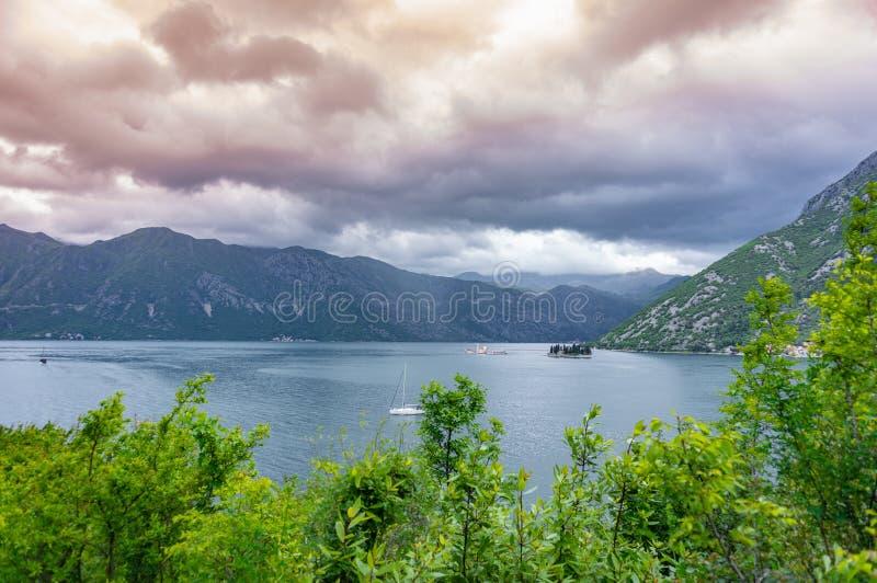 Baai van Kotor van de hoogten Mening van Onderstel Lovcen aan de baai Mening neer van het observatieplatform op de berg Lovcen stock afbeeldingen