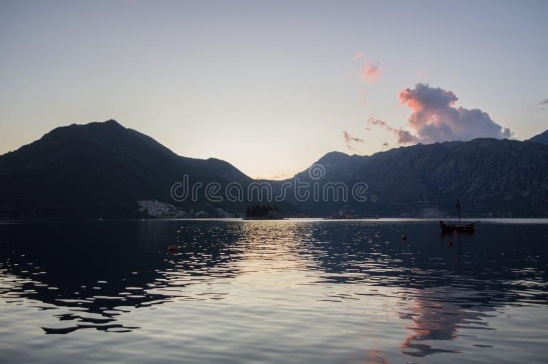 Baai van Kotor met Oude Varende Boot bij Zonsondergang, Montenegro royalty-vrije stock foto