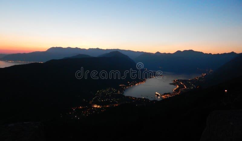 Baai van Kotor, zonsondergang, avond, nachtlandschap stock fotografie