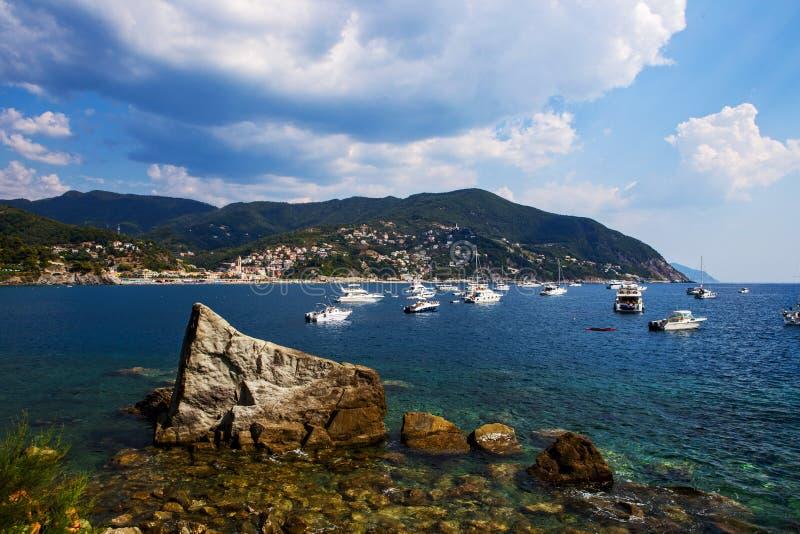 Baai van Moneglia met kleine boten en jachten, 's nachts Cinque Terre stock foto's