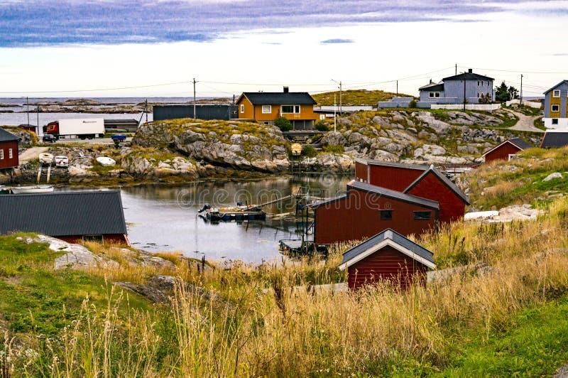 Baai van visserij, boten bij ligplaats op kust royalty-vrije stock afbeeldingen