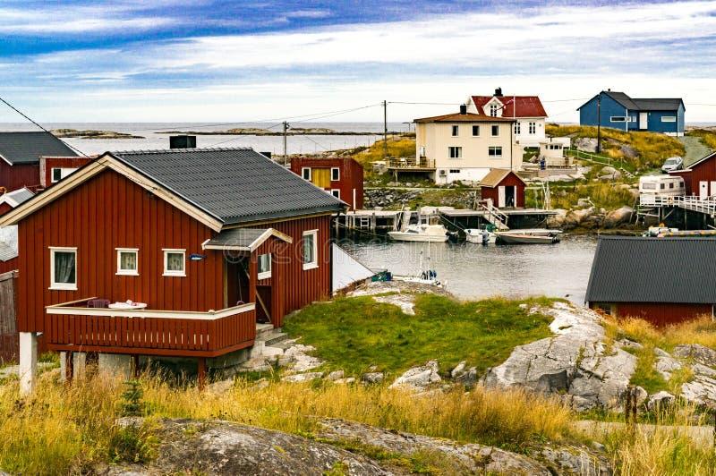 Baai van visserij, boten bij ligplaats op kust royalty-vrije stock afbeelding