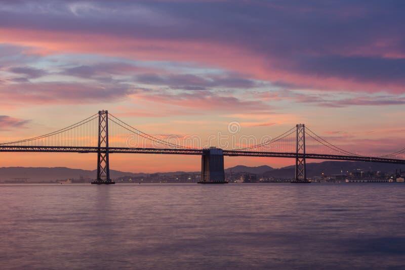 Baaibrug en San Francisco Bay in Californië bij Zonsopgang stock afbeelding