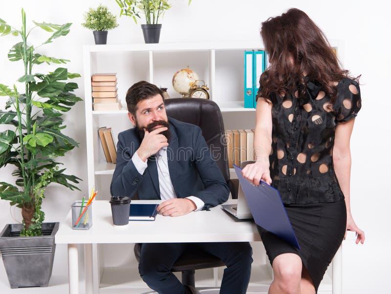 Baan en Carri?re Bedrijfspaar werkend bureau Bedrijfs mensen Paar in bureau Succesvol Commercieel Team mens en stock afbeelding
