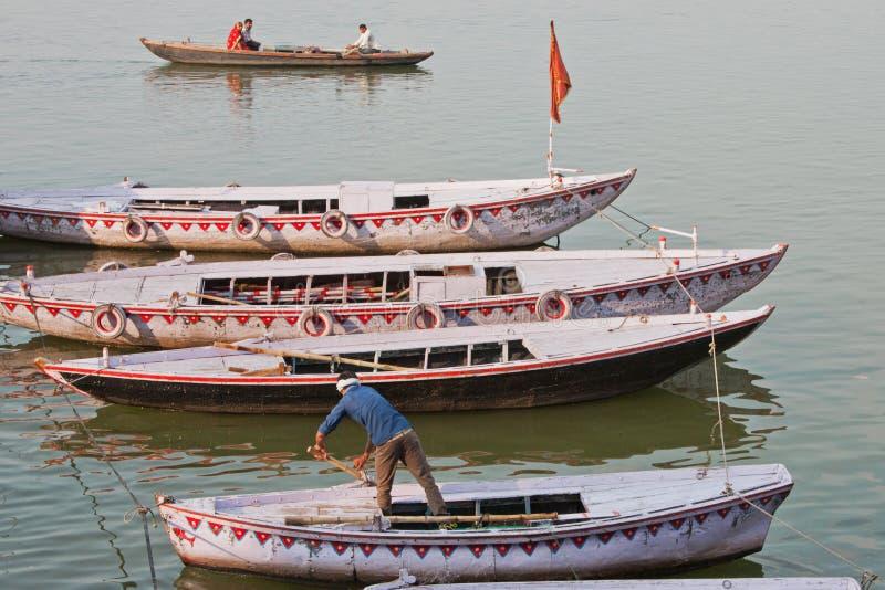 Baaots amarró en el río Ganges imagenes de archivo