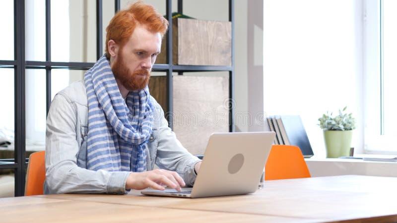 Baardmens die aan Laptop, Ontwerper werken royalty-vrije stock afbeeldingen