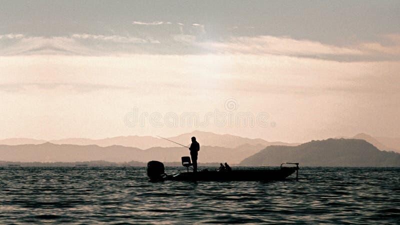 Baarzen die op de boot in het meer vissen royalty-vrije stock foto