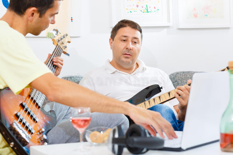 Baarzen en gitaarspeler stock foto