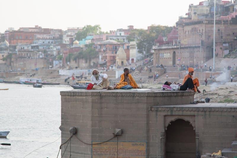 Babás no Ganga Ghat fotos de stock royalty free
