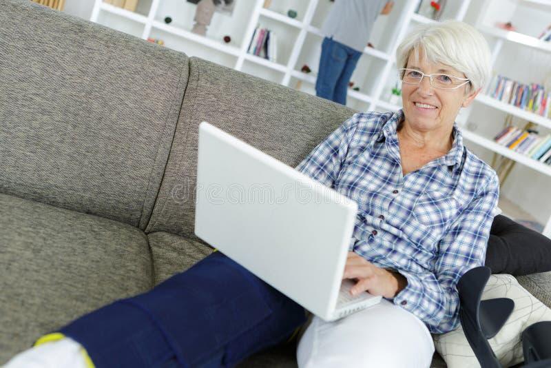 Babć pracy z laptopem w domu zdjęcie royalty free