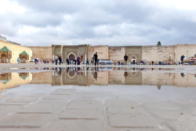 Bab el-Mansour Gate Meknes, Marrocos, reflexões da porta na poça imagem de stock royalty free